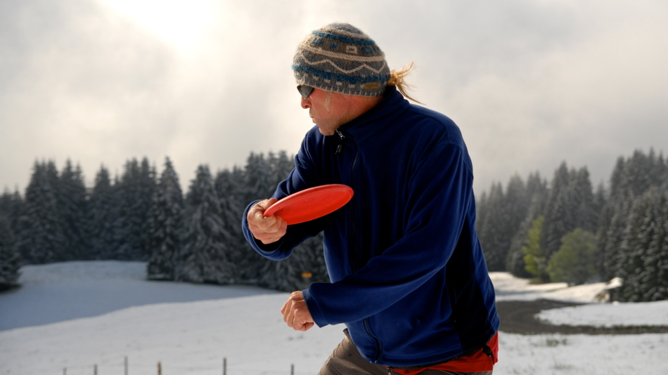 Paul Davies (UK) at his home course in Allgäu, Bavaria. Note the basket right under the disc.