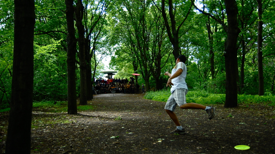 The famous alley hole. Finals at the 2011 Berlin Open. Approach by Jussi Meresmaa, Finland.